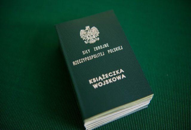Fot. Adam Staskiewicz / East News , Belchatow 29.02.2016 , kwalifikacja wojskowa kiedys nazywana komisja wojskowa  N/Z ksiazeczka wojskowa