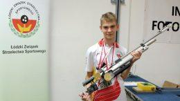 Zdjęcie przeedtswia zawodnika szczercowskiej Salwy, Mateusza ławniczaka z karabinkiem pneumatycznym
