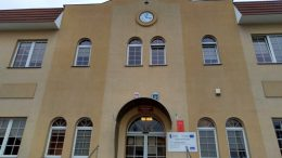 obraz przedstawia gmach Urzędu Gminy w Szczercowie